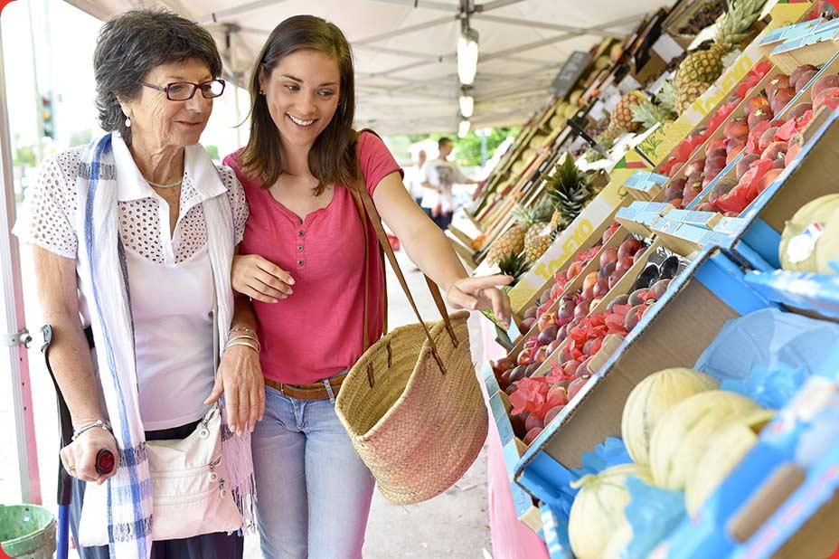 Photo d'une senior accompagnée pour faire ses courses